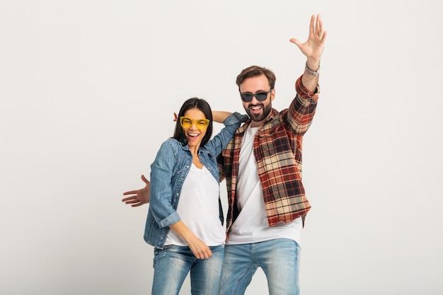 Glückliches lächelndes paar tanzt auf party lokalisiert auf weißem studio