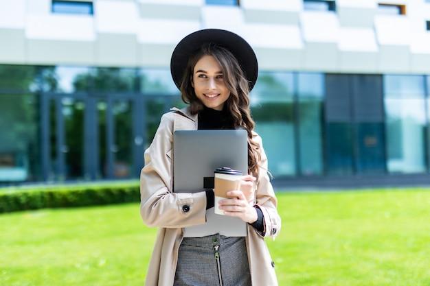 Glückliches lächelndes studentenmädchen an der universität