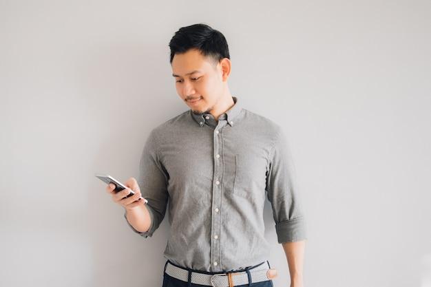 Glückliches lächelngesicht des hübschen asiatischen manngebrauches smartphone