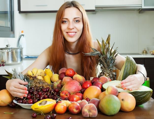 Glückliches langhaariges mädchen mit früchten