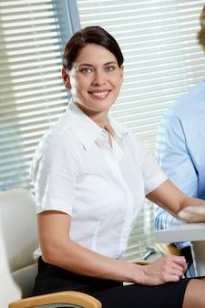 Glückliches leitprogramm mit einem weißen hemd