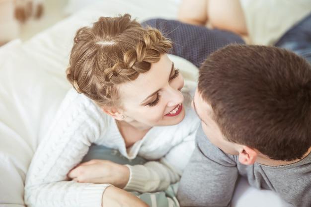 Glückliches liebespaar auf der couch im wohnzimmer