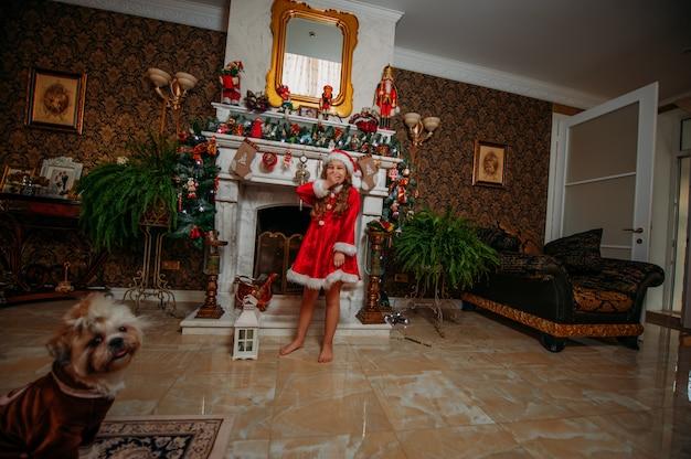 Glückliches mädchen am weihnachtskamin