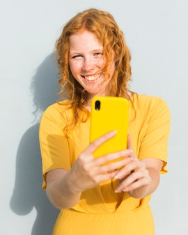 Glückliches mädchen, das selfie nimmt
