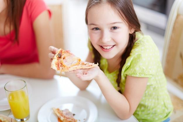 Glückliches mädchen, die pizza essen