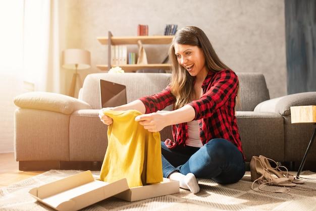 Glückliches mädchen hat ein paket eines online bestellten erhalten