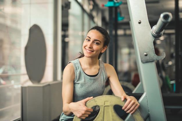 Glückliches mädchen im fitnessstudio
