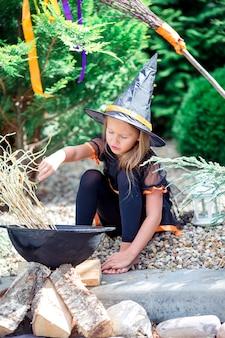 Glückliches mädchen im halloween-kostüm