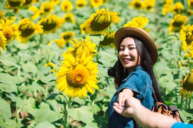 Glückliches mädchen im sonnenblumenfeld.