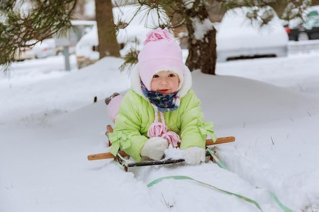 Glückliches mädchen im winterpark