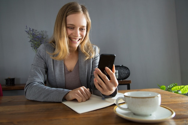 Glückliches mädchen in jacke überglücklich mit videoanruf
