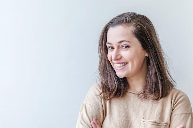 Glückliches mädchen lächelnd. schönheitsporträt junge glückliche positive brünette frau