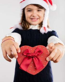 Glückliches mädchen mit einem geschenk