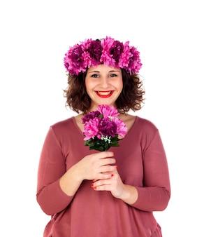Glückliches mädchen mit einer niederlassung und einer krone mit den rosa und purpurroten blumen