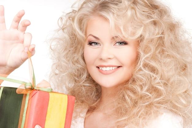 Glückliches mädchen mit geschenkbox über weiß