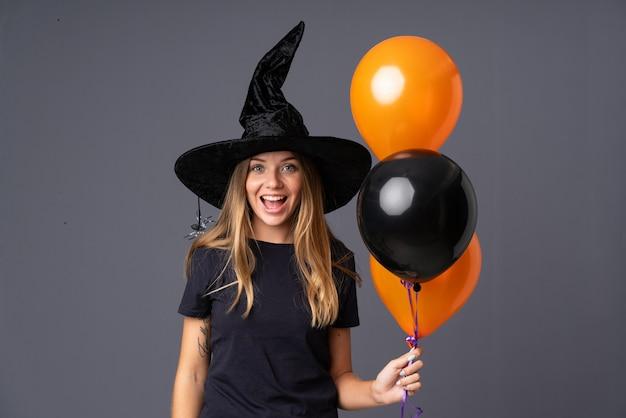 Glückliches mädchen mit hexenkostüm für halloween-party