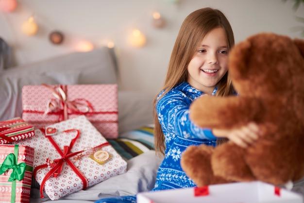 Glückliches mädchen mit idealem weihnachtsgeschenk