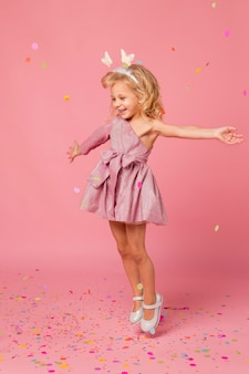 Glückliches mädchen mit märchenkostüm und konfetti
