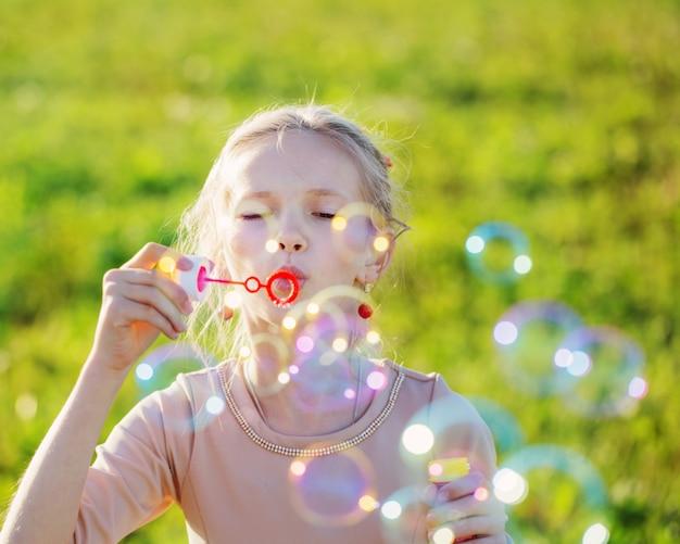 Glückliches mädchen mit seifenblasen
