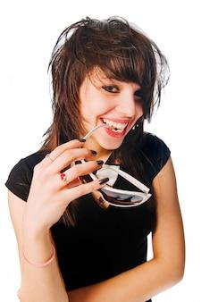 Glückliches mädchen mit sonnenbrille in ihrem mund