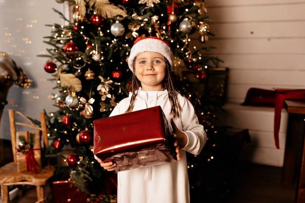 Glückliches mädchen mit weihnachtsgeschenk