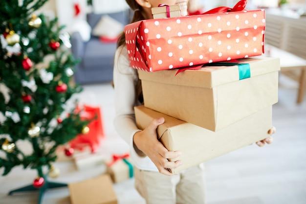 Glückliches mädchen mit weihnachtsgeschenken