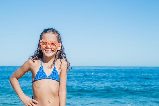 Glückliches mädchen posiert mit schutzbrille