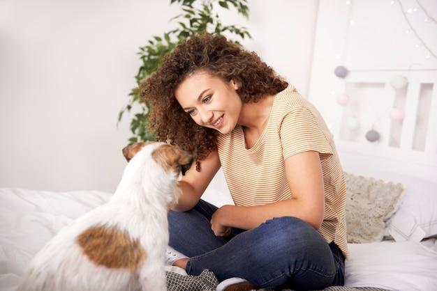 Glückliches mädchen und ihr hund verbringen zeit zusammen