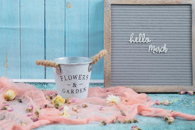 Glückliches marschplakat mit blumenblüten herum