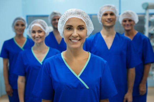 Glückliches medizinisches team in ihren uniformen