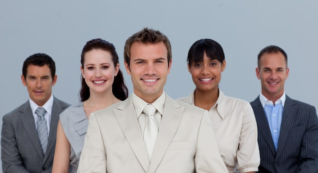 Glückliches multiethnisches geschäftsteamlächeln