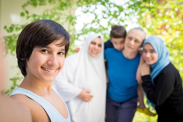 Glückliches muslimisches familien-selfie-porträt