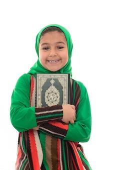 Glückliches muslimisches mädchen, das koran liest
