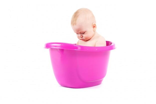 Glückliches nettes baby nehmen bad in der wanne