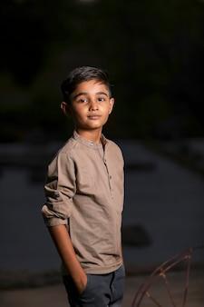 Glückliches niedliches indisches / asiatisches kind