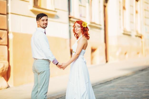 Glückliches paar, attraktive frau und mann, die in stadt gehen und romantik genießen.