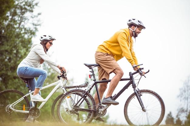 Glückliches paar auf einer fahrradfahrt