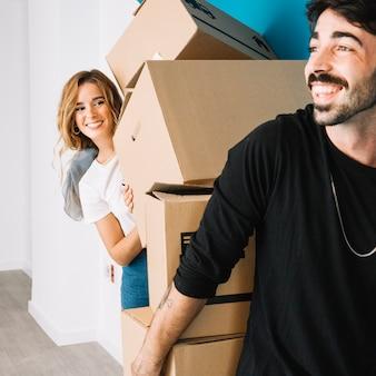Glückliches paar bewegt sich in neue wohnung