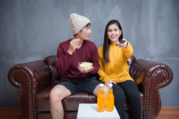 Glückliches paar bleibt zu hause und schaut filme