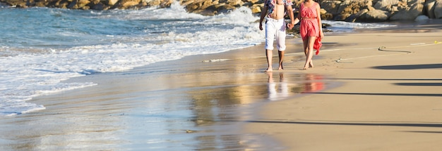 Glückliches paar, das am strand läuft. meer