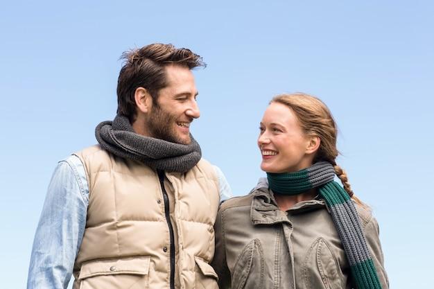 Glückliches paar, das an einander lächelt