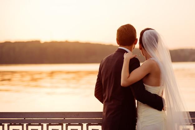 Glückliches paar, das auf dem pier steht