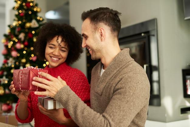 Glückliches paar, das die weihnachtsgeschenke teilt
