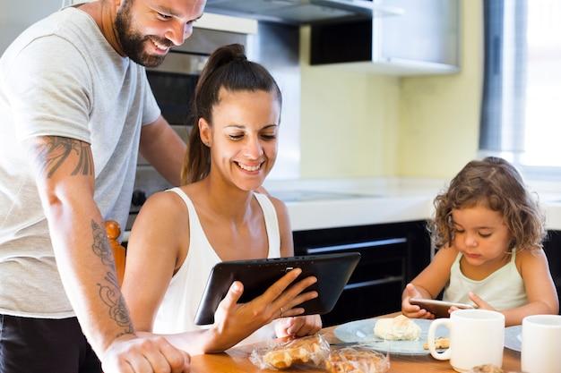 Glückliches paar, das digitalen tablettenschirm betrachtet