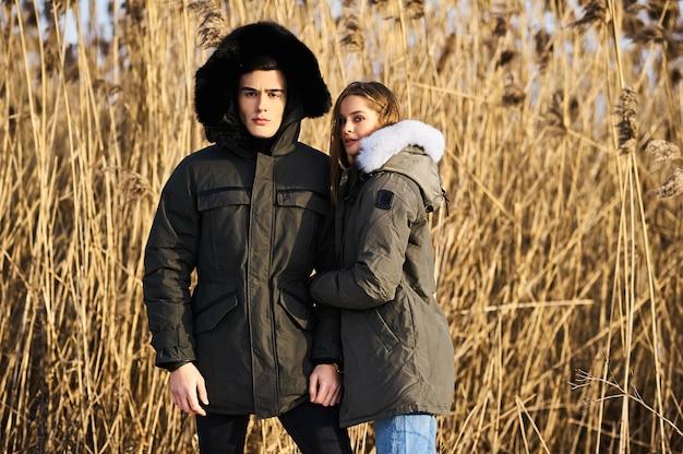 Glückliches paar, das draußen im winter umarmt und lacht. lebensstil