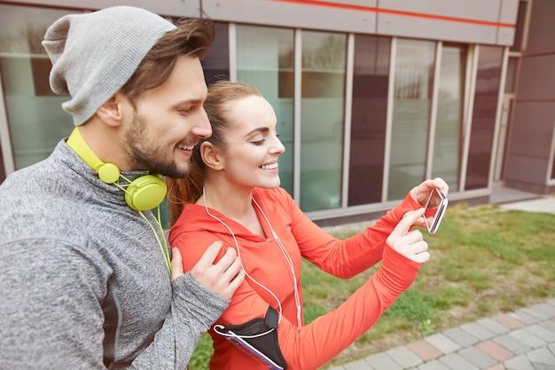 Glückliches paar, das draußen trainiert