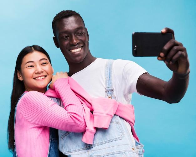 Glückliches paar, das ein selfie nimmt