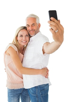 Glückliches paar, das für ein selfie aufwirft