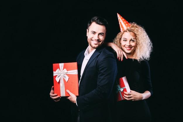 Glückliches paar, das geschenkbox hält