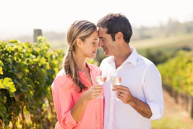 Glückliches paar, das gläser wein hält